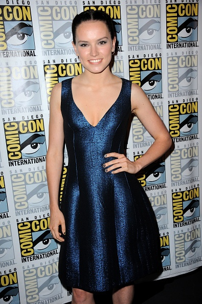 San-Diego-Comic-Con-Star-Wars-The-Force-Awakens-Press-Line-July-11-2015-daisy-ridley-39018284-395-594