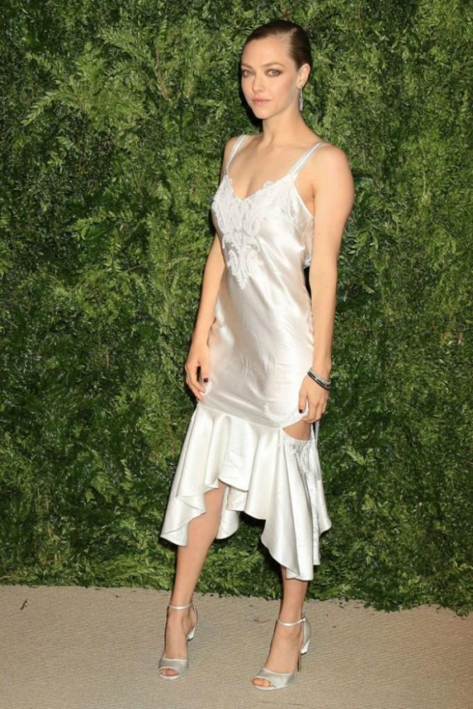 MAVEN46-what-to-wear-this-party-season-according-to-the-celebs-amanda-seyfried-slip-dress2-700x1050