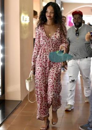 Rihanna---Shopping-in-Sardinia--55-300x420