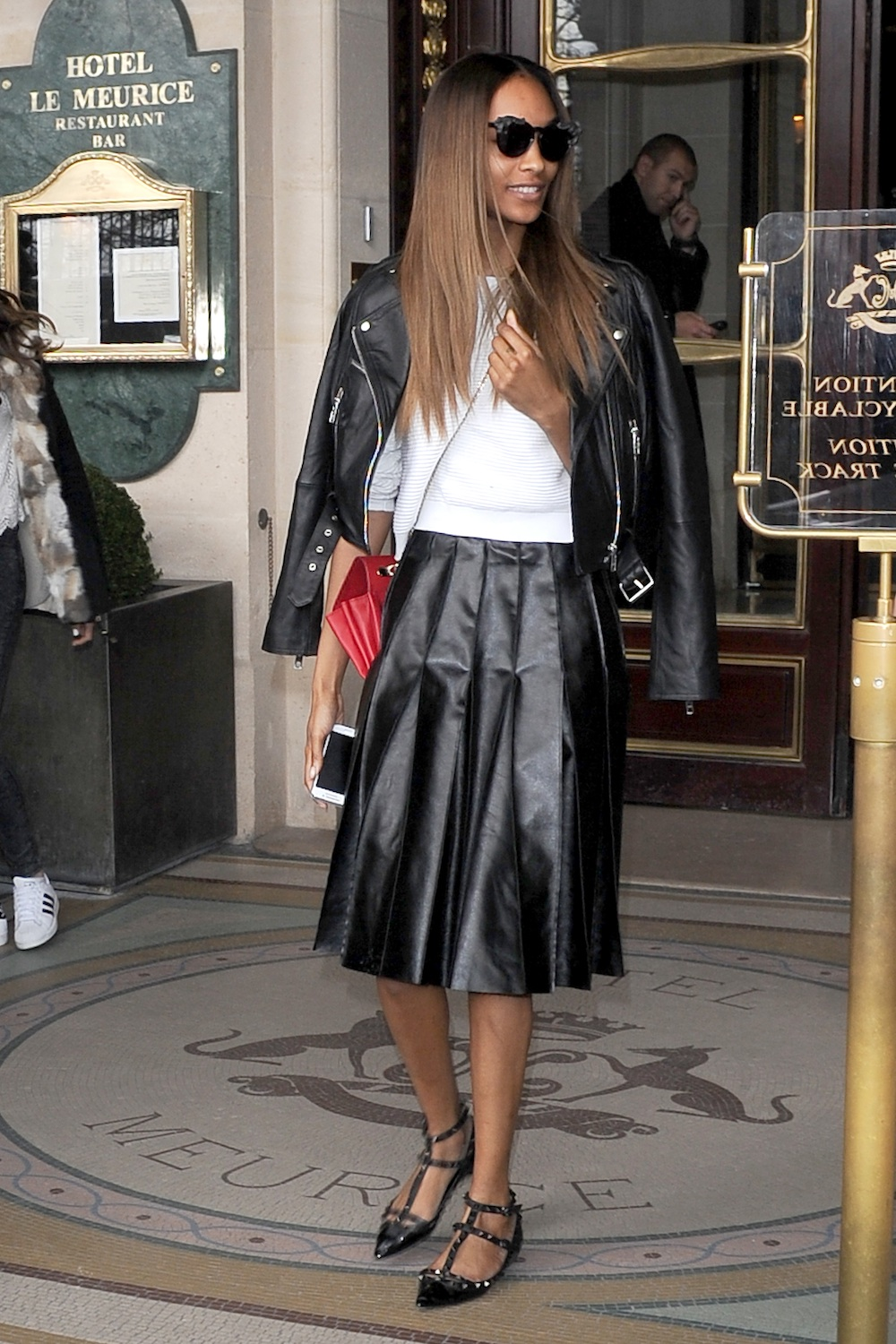 **USA ONLY** Paris, France - Anna Wintour and Jourdan Dunn are looking amazing in front of the cameras at the Le Meurice Hotel in paris, leaving the Paris Fashion Week show. AKM-GSI February 26, 2014 **USA ONLY** To License These Photos, Please Contact : Steve Ginsburg (310) 505-8447 (323) 423-9397 steve@akmgsi.com sales@akmgsi.com or Maria Buda (917) 242-1505 mbuda@akmgsi.com ginsburgspalyinc@gmail.com